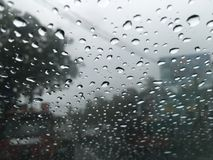 Burbujas impresionantes del agua en el día lluvioso fotos de archivo