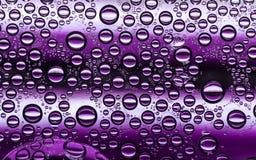 Burbujas púrpuras blancas y oscuras del agua Imagen de archivo