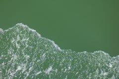 Burbujas que flotan en el mar imagen de archivo