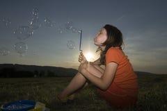 Burbujas que soplan Imagenes de archivo