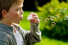 Burbujas que soplan Foto de archivo