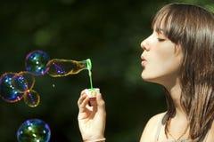 Burbujas que soplan adolescentes Imagen de archivo libre de regalías