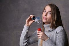 Burbujas que soplan adolescentes Cierre para arriba Fondo gris Fotografía de archivo