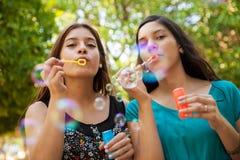 Burbujas que soplan con mi amigo Fotografía de archivo libre de regalías
