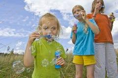 Burbujas que soplan de Childrem Foto de archivo libre de regalías