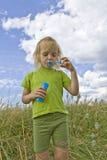 Burbujas que soplan de Childrem Fotografía de archivo libre de regalías