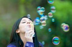 Burbujas que soplan de la chica joven Imagen de archivo libre de regalías