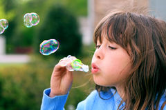 Burbujas que soplan de la chica joven Fotos de archivo libres de regalías