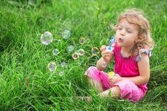 Burbujas que soplan de la muchacha Fotos de archivo
