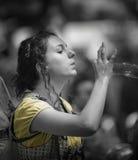 Burbujas que soplan de la muchacha Foto de archivo