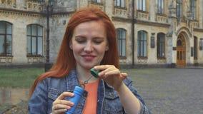 Burbujas que soplan de la muchacha almacen de metraje de vídeo