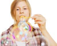 Burbujas que soplan de la muchacha bonita foto de archivo