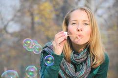 Burbujas que soplan de la mujer Fotos de archivo