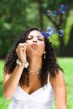 Burbujas que soplan de la mujer Imágenes de archivo libres de regalías