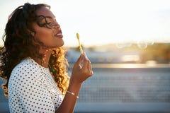 Burbujas que soplan de la mujer atractiva Imagen de archivo libre de regalías