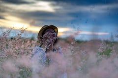 Burbujas que soplan de la mujer en prado Fotos de archivo libres de regalías