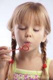 Burbujas que soplan de la niña foto de archivo libre de regalías