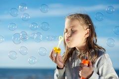 Burbujas que soplan de la niña Imágenes de archivo libres de regalías