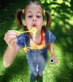 Burbujas que soplan de S-1210-Girl Imagenes de archivo