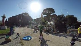Burbujas que soplan del actor de la calle en Roma almacen de video