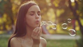 Burbujas que soplan del adolescente metrajes