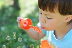 Burbujas que soplan del muchacho Fotografía de archivo