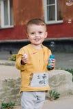 Burbujas que soplan del muchacho Foto de archivo