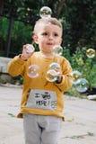 Burbujas que soplan del muchacho Fotografía de archivo libre de regalías