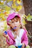 Burbujas que soplan del niño foto de archivo