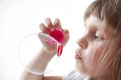 Burbujas que soplan del niño imágenes de archivo libres de regalías