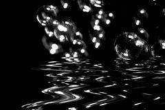Burbujas que soplan en la superficie del agua Fotos de archivo libres de regalías
