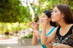 Burbujas que soplan en un parque Imágenes de archivo libres de regalías