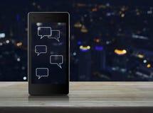 Burbujas sociales de la muestra y del discurso de la charla en la pantalla elegante moderna del teléfono Fotos de archivo