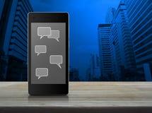 Burbujas sociales de la muestra y del discurso de la charla en la pantalla elegante moderna del teléfono Imagen de archivo libre de regalías