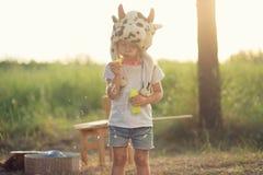 Burbujas y juego de jabón del soplo del niño Imagen de archivo libre de regalías