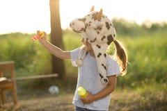 Burbujas y juego de jabón del soplo del niño Fotos de archivo