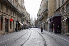 Burdeos, Francia, el 18 de octubre de 2011: Calle de Vital Carles con los carriles del tranvía e iglesia de Andre del santo en el Fotografía de archivo libre de regalías
