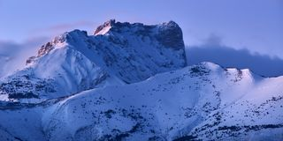 Bure Peak Pic de Bure im Devoluy-Gebirgszug an der Dämmerung im Winter Hautes-Albes, Alpen, Frankreich stockfotografie