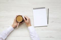 Bureau à la maison Espace de travail avec de la glace de carnet et de latte Vue supérieure Photos libres de droits