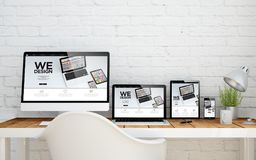 bureau à plusieurs dispositifs que nous concevons photo libre de droits