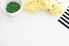 Bureau élégant de marbre léger avec les roses jaunes, conception blanche noire de rayure Site Web d'en-tête ou site Web de héros, Photos stock