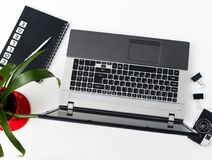 Bureau élégant de table de bureau Espace de travail avec l'ordinateur portable, journal intime, succule Photographie stock