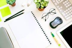 Bureau élégant de table de bureau Espace de travail avec l'ordinateur portable, journal intime, succulent sur le fond blanc Confi Photographie stock