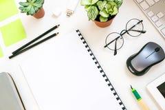 Bureau élégant de table de bureau Espace de travail avec l'ordinateur portable, journal intime, succulent sur le fond blanc Confi Images libres de droits