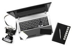 Bureau élégant de table de bureau L'espace de travail avec l'ordinateur portable, journal intime et est venu Images stock