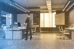 Bureau, affiche grise et écran de mur modifiés la tonalité Images stock