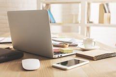 Bureau avec des dispositifs et des approvisionnements Photos stock