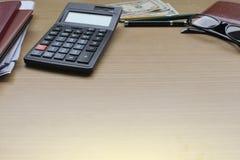 Bureau avec des dollars US, smartphone avec l'écran noir, stylo, Photo libre de droits