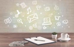 Bureau avec des icônes de communication Photos stock
