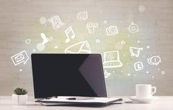 Bureau avec des icônes de communication Photographie stock libre de droits